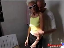 Ебут тощую бабулю на двоих