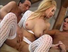 Блондинка дает двум мужикам