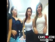 Девочки развлекают перед вебкой зрителей