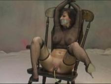 Трахает бабу связанную на стуле