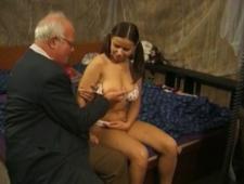 Дедушка трахнул внучку у нее в гостях