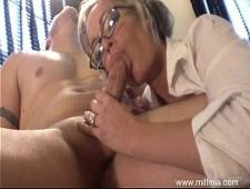 Трахает сексуальную секретаршу