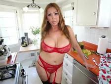 Сексуальная домохозяйка в чулках