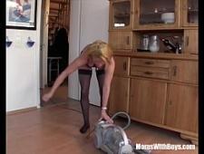 Трахнул жену в рот во время уборки дома