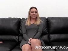 Веселая блондинка на порно кастинге