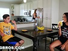 Старшая сестра трахнулась с братом на кухне