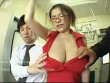 Разрешила незнакомцам помацать грудь