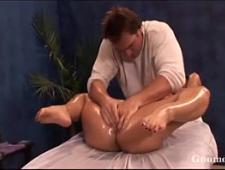 Делает массаж для сладкой киски