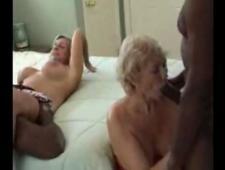 Ебут старуху в жопу с ее подругой