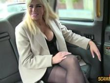 Таксист трахает блондинку в машине