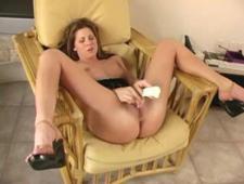 Довела свою писечку до струйного оргазма