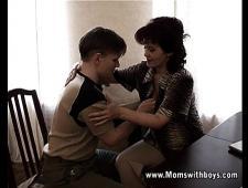 Мама трахнула сына студента