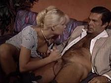 Красивые блондинки занимаются сексом