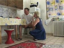 Старая мамка трахается с сыном на кухне