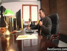 Руководитель застукал секретаршу за мастурбированием на рабочем месте