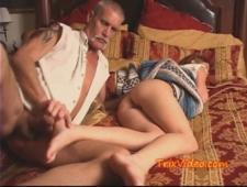 Отец воспользовался влагалищем пока спала дочка