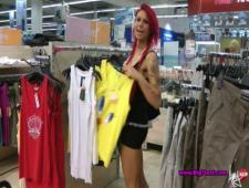 Продавщица в одежном магазине сосет клиентам в примерочной