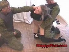 Солдаты трахают по жесткому девушку