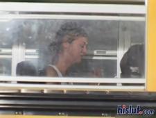Парень в очках успокоил зареванную студентку в автобусе