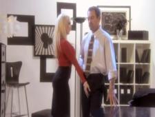 Шикарная светловолосая девушка развлекается на рабочем месте
