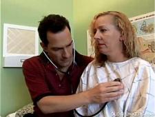Врач трахает пациентку на кушетке