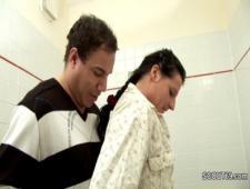 Ебет дочку пышку в ванной