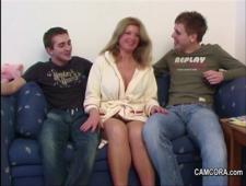 Мамаша трахается с своими детьми близнецами