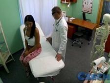 Доктор развел пациентку на массаж