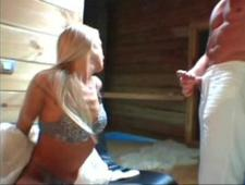 Трахает худую блондинку в сауне