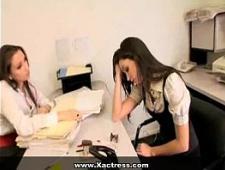 Начальница трахает секретаршу в кабинете