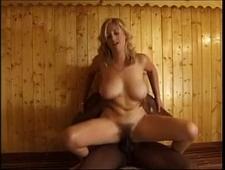 Блондинка трахается с негром в бане
