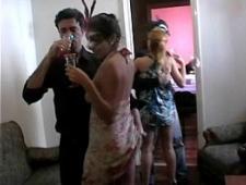 Свингеры на вечеринках трахаются с друг другом