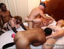 Свингеры трахаются в клубе с друг другом