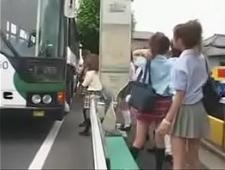 Молодых студенток трахают в автобусе