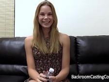 Симпатичная девушка на взрослом порно кастинге