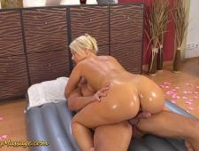 Голая блонда делает массаж