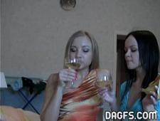 Выпившие подружки раздеваются