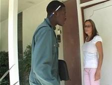 Хозяйка дома трахнулась с темнокожим парнем