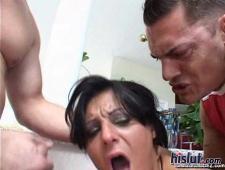 Худая шлюха с татуировкой на писечке трахает двоих мужиков