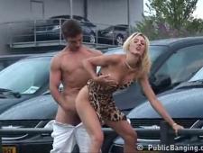Сисястая девушка ебется с парковщиком машин