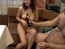 Пьяная девушка трахается на кухне