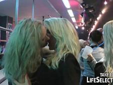 Голодные парни трахают девушек на вечеринке