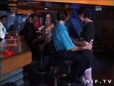 Шлюхи цепляются к мужикам в баре