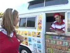 Студентка трахнулась с продавцом мороженого