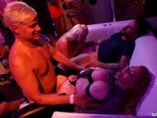 Молодой стриптизер трахает девок в клубе