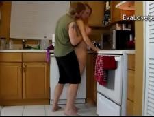 Трахнул мамку на кухне