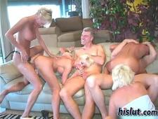 Зрелые бабы участвуют в групповом сексе