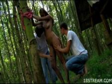 Двое трахают одну бабу в лесу