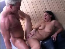 Зрелый мужик трахает брюнетку в сауне