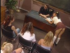 Студентки ебутся с преподавателем в аудитории
